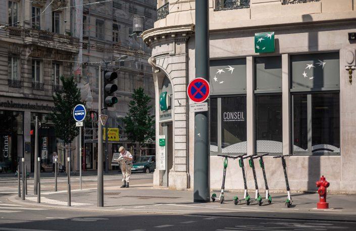 vieil homme-journal-seul-signalisation-feu tricolor-photographie de rue-lyon-humour-comique-highwire