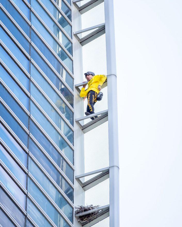 Alain Robert-engie-la défense-building-climb-événement-événementiel--corporate-photographe-lamb & watt-escalade-paris-highwire